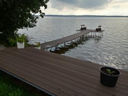 pomost nad jeziorem na Mazurach