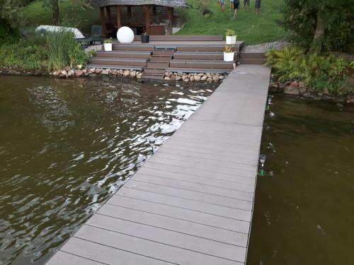 pomost nad jeziorem na Mazurach z zejściem do wody