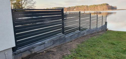 Ogrodzenie metalowe czarne nad jeziorem
